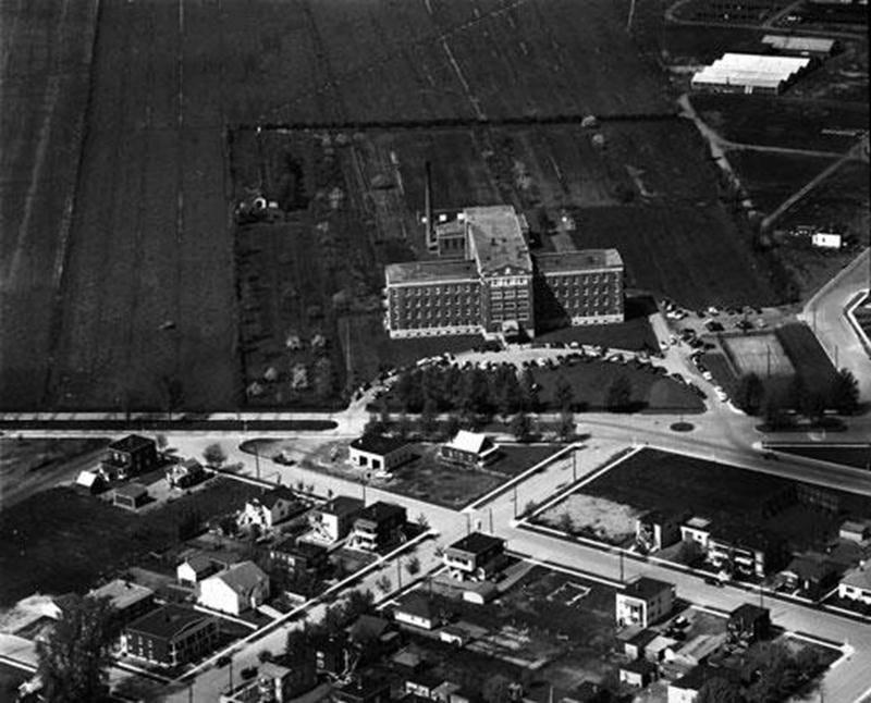 Vue aérienne de l'hôpital Saint-Charles et de son entourage immédiat, en 1955. (Archives CHSH, AP-5706)