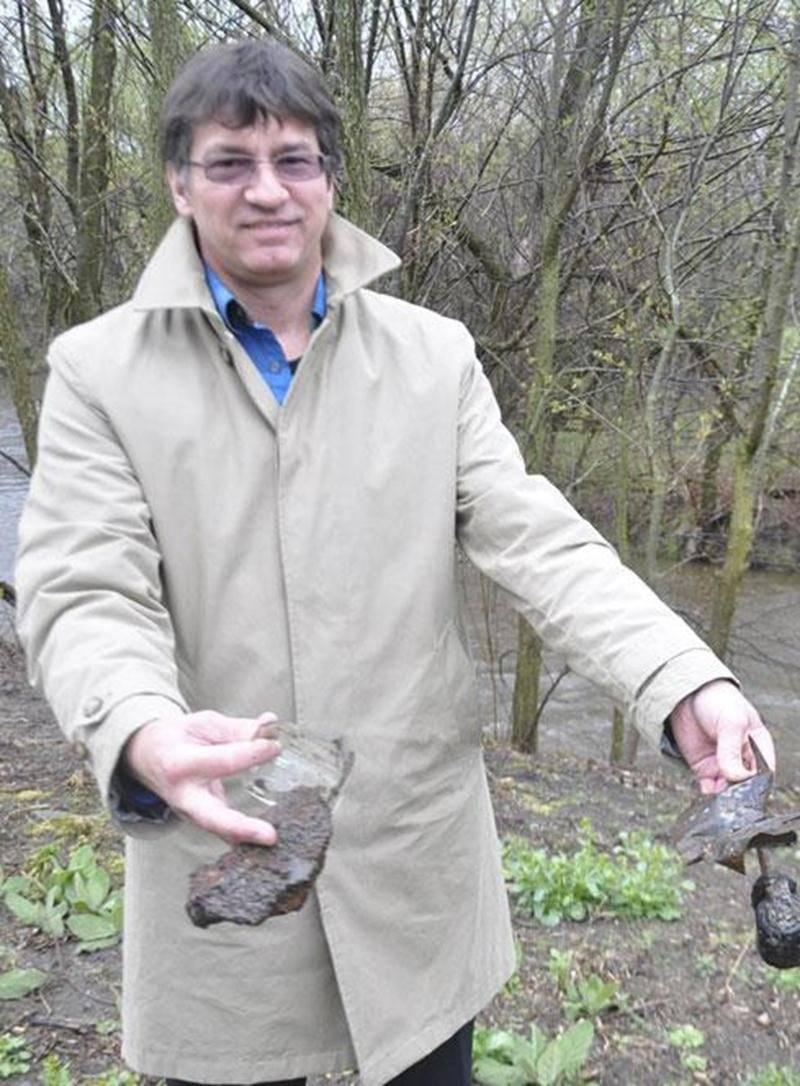 Le docteur Marc Gallant ne cesse de trouver des débris dans son terrain. Il a intenté une poursuite contre la Ville d'Acton Vale, afin de faire décontaminer son terrain des hydrocarbures et des métaux lourds s'y trouvant.