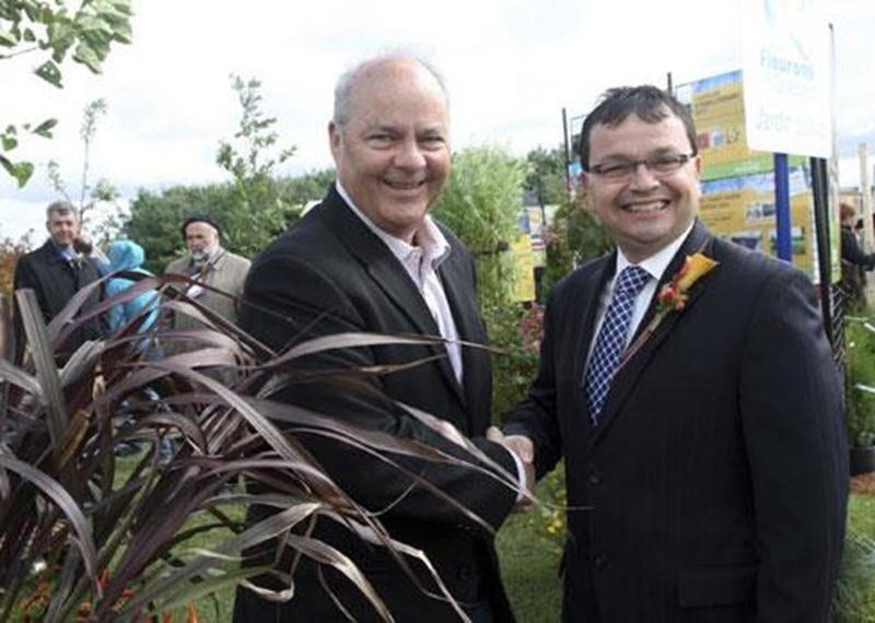 Pierre Cadieux, directeur de l'Alliance canadienne de l'horticulture ornementale, en compagnie de Jacques Gourde, député de Lotbinière-Chutes-de-la-Chaudière.