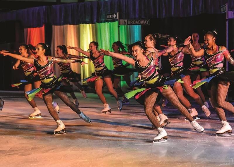 Les Pirouettes de Laval, invitées spéciales à cette Revue sur glace, ont offert un numéro explosif sur la musique des Black Eyed Peas.