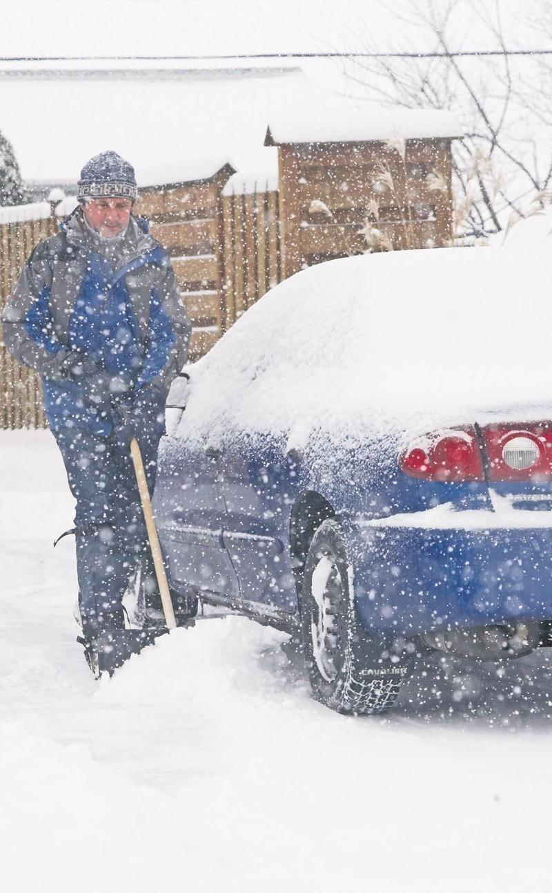 Cette première bordée de neige a permis aux Maskoutains de renouer avec leur meilleur outil hivernal : la pelle.   Photo Robert Gosselin   Le Courrier ©