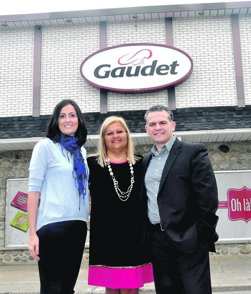 Line Lamothe et Maher Mahjoub, en compagnie d'autres investisseurs québécois, viennent d'acquérir la Pâtisserie Gaudet. On les voit ici en compagnie de Marie-Ève Joly (à gauche de la photo), de la famille Joly qui cède l'entreprise après 23 ans. Photo Alain Bérubé
