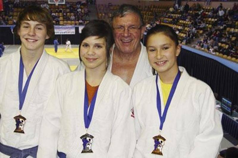 Les médaillés de l'Omnium de Montréal : Benjamin Daviau, Sandrine Fournier et Audrey Poirier, accompagnés de leur entraîneur, Louis Graveline. Absent sur la photo : Émile Charbonneau.