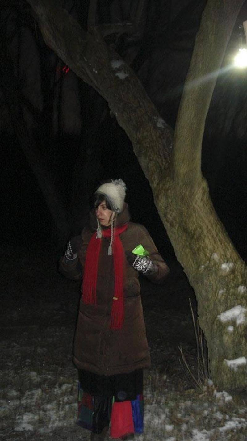 Le 10 décembre, à la Réserve naturelle du Boisé des Douze, une trentaine de personnes ont vécu la magie de la randonnée contée « En attendant Noël ». En ce samedi soir, d'une halte à l'autre, la pleine lune accompagnait la charmante conteuse Elsa Perez qui a séduit petits et grands par ses captivantes histoires et ses amusantes ritournelles. « Merci infiniment pour la soirée féerique. Vous avez imprimé dans la mémoire de mes petites des moments de pur bonheur. Ce fut pour moi un réel cadeau », r