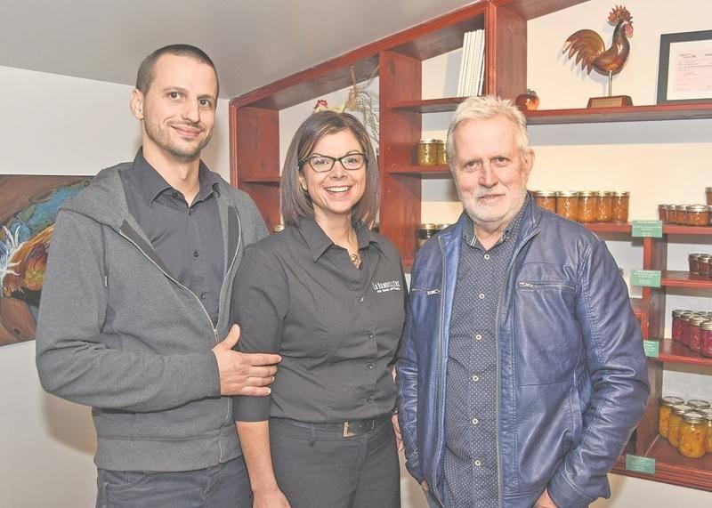 Sur la photo, de gauche à droite, les propriétaires de La Rabouillère, Jérémie Pilon, Marie-Claude Bouchard et Pierre Pilon.   Photo François Larivière | Le Courrier ©