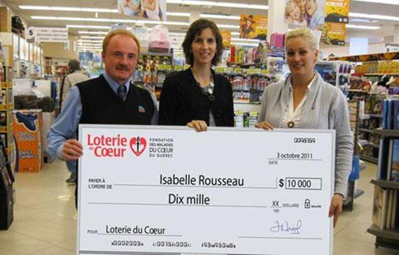 Sur la photo, de gauche à droite: Pierre St-Louis, gérant; Isabelle Rousseau, l'heureuse gagnante; et Karoline Thériault, coordonnatrice à la FMCQ.