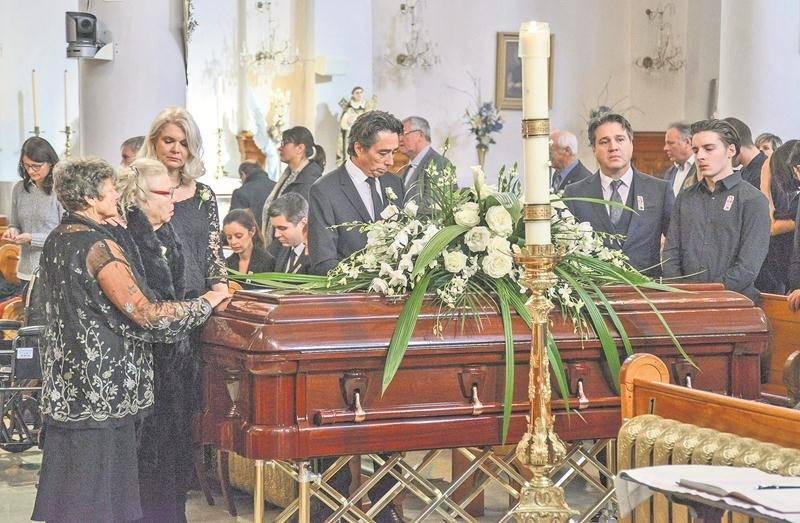 Des membres de la famille de M. Gagnon se sont recueillis devant son cercueil, dont son épouse Lucie, sa fille Ève Chantal et son fils Jean-François.