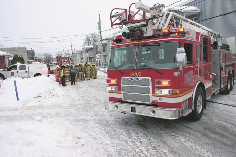 Pendant qu'une équipe de pompiers se rendait sur l'avenue Sylva-Clapin, une autre était déjà au cœur d'une intervention sur la rue Lamoureux, à Saint-Hyacinthe.