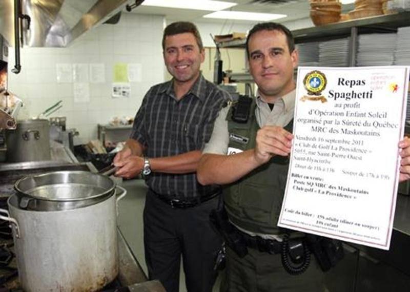 Le policier Benoit Desjardins et le directeur administratif du Club de Golf La Providence André Arpin invite la population à un repas spaghetti.