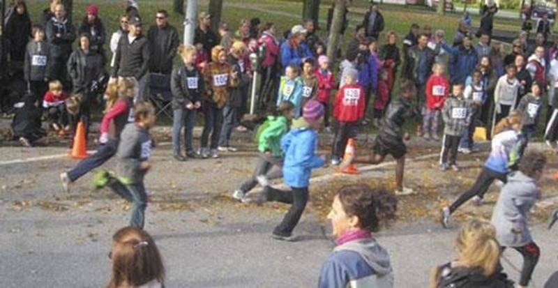 Le dimanche 7 octobre, c'est par une température idéale pour courir que s'est déroulée la 43 e édition du Relais 2 heures. Le record de l'an dernier a été légèrement surpassé avec trois équipes et 14 coureurs de plus. Au total, 401 coureurs répartis comme suit : 68 équipes de catégorie « Minime » à la course d'une heure; 14 équipes « Cadet à Vétéran » au Relais 1 heure et 29 équipes « Juvénile à Vétéran » pour le Relais 2 heures. La popularité de cette course autour du parc Dessaulles augmente d