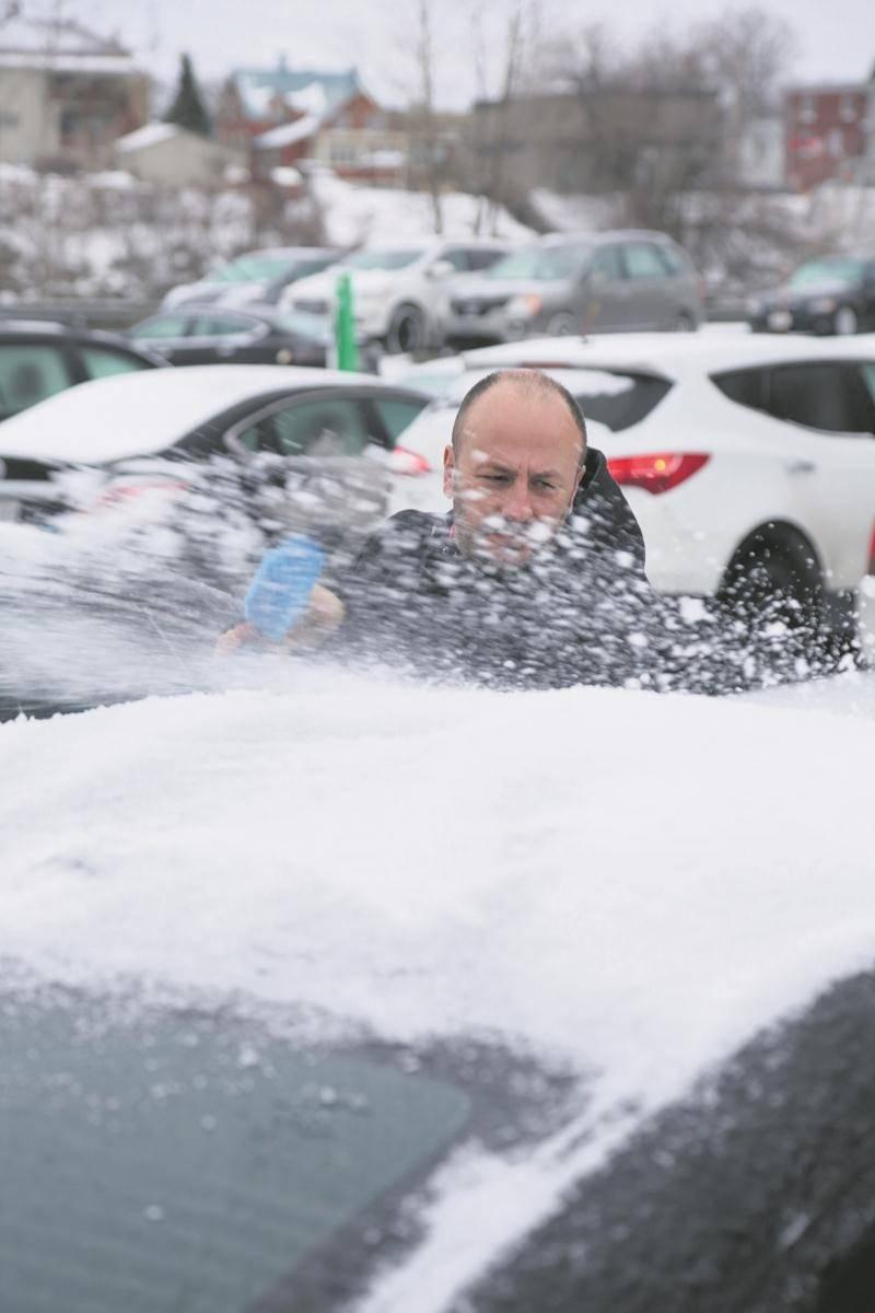 En plus des routes glissantes, les Maskoutains qui devaient prendre la route mardi matin avaient aussi à composer avec une belle couche de glace sur leur voiture. Photo Robert Gosselin | Le Courrier ©