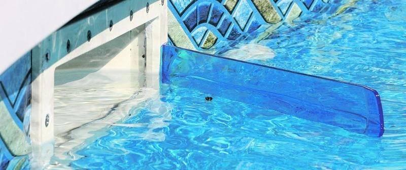 O'Dflecteur est un déflecteur souple facilitant le nettoyage d'une piscine résidentielle en dirigeant les débris en suspension sur l'eau vers l'écumoire. Photo Robert Gosselin | Le Courrier ©