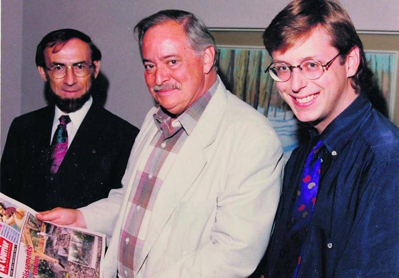 Léandre Dion (à gauche) a été élu député de Saint-Hyacinthe en même temps que Jacques Parizeau accédait au titre de premier ministre du Québec. Les deux hommes posent avec Benoit Chartier, aujourd'hui éditeur du COURRIER, lors de la visite de M. Parizeau à l'été 1994. Photothèque | Le Courrier ©