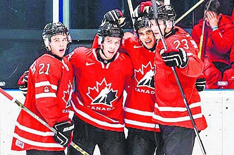 Anthony Beauvillier (à gauche) a apprécié son expérience au Championnat du monde de hockey junior, malgré l'élimination rapide de l'équipe canadienne. Photo hockeycanada.ca