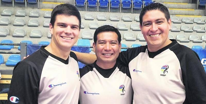 Alexandre Lapointe (à gauche) s'est rendu au Guatemala où il a obtenu sa licence internationale de la zone des Amériques en arbitrage de basketball en fauteuil roulant. Photo Courtoisie
