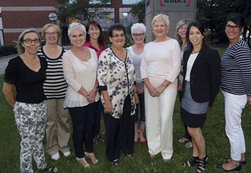 Le comité organisateur du 10 e Mardi de filles de la Société canadienne du cancer est composé, de gauche à droite à l'avant, d'Anick Larivière, Linda Leduc, Ginette Comtois, agente de développement de la Société canadienne du cancer, Sylvie Chagnon, présidente d'honneur, Stéphanie Destrempes et Louise Beauregard. À l'arrière, dans le même ordre : Jeanne Demers, Nancy Blanchette, Diane St-Pierre et Jocelyne Deslandes.