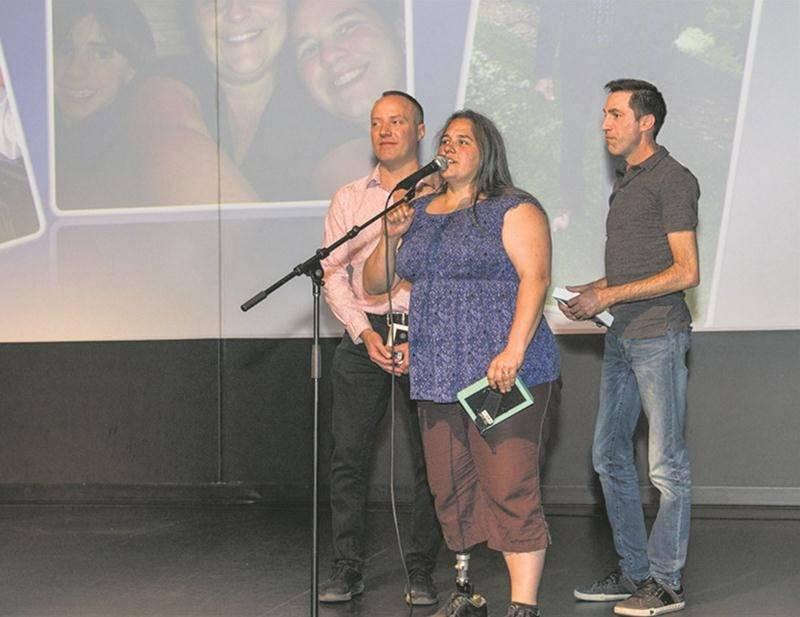 Les fondateurs du JAG, Éric Duchesneau, Mélanie Richer et Éric Saint-Pierre, lors de l'hommage qui leur a été rendu pendant la soirée « Haut en couleur! » où étaient remis les prix Jaguar 2018.  Photo courtoisie