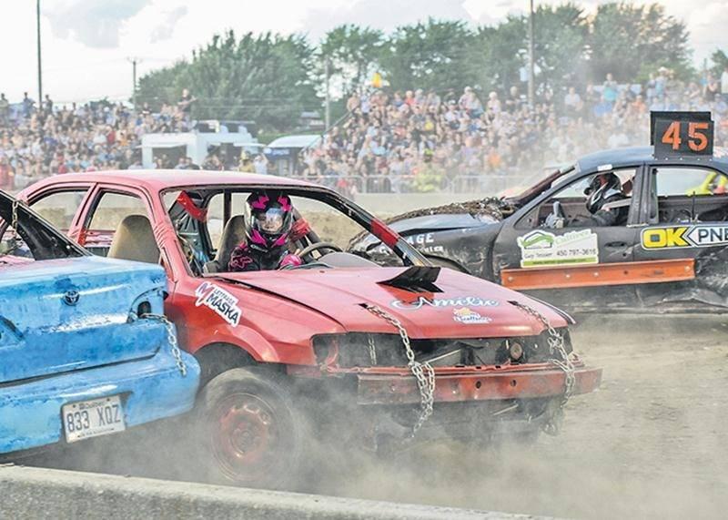 Le Super derby de démolition attire année après année de nombreux spectateurs. Sur la photo, la Maskoutaine Amélie Bourgeois qui en était à sa seconde participation n'a pu terminer sa course en raison d'un bris de moteur. Organisée sur trois jours, cette activité regroupait au total 245 bolides.