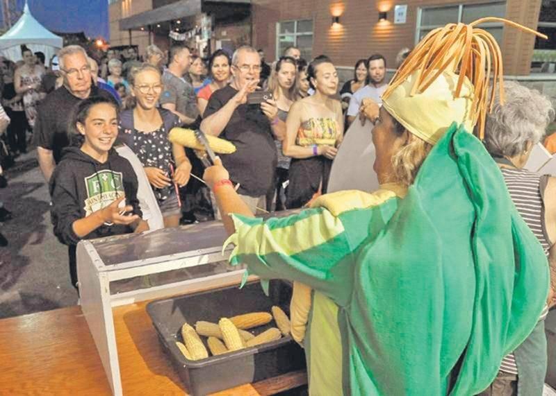 Dans les moments les plus fréquentés, il fallait user de patience pour goûter au fameux maïs sucré de Saint-Damase ainsi qu'au maïs soufflé puisque les visiteurs pouvaient attendre jusqu'à 45 minutes pour en obtenir.