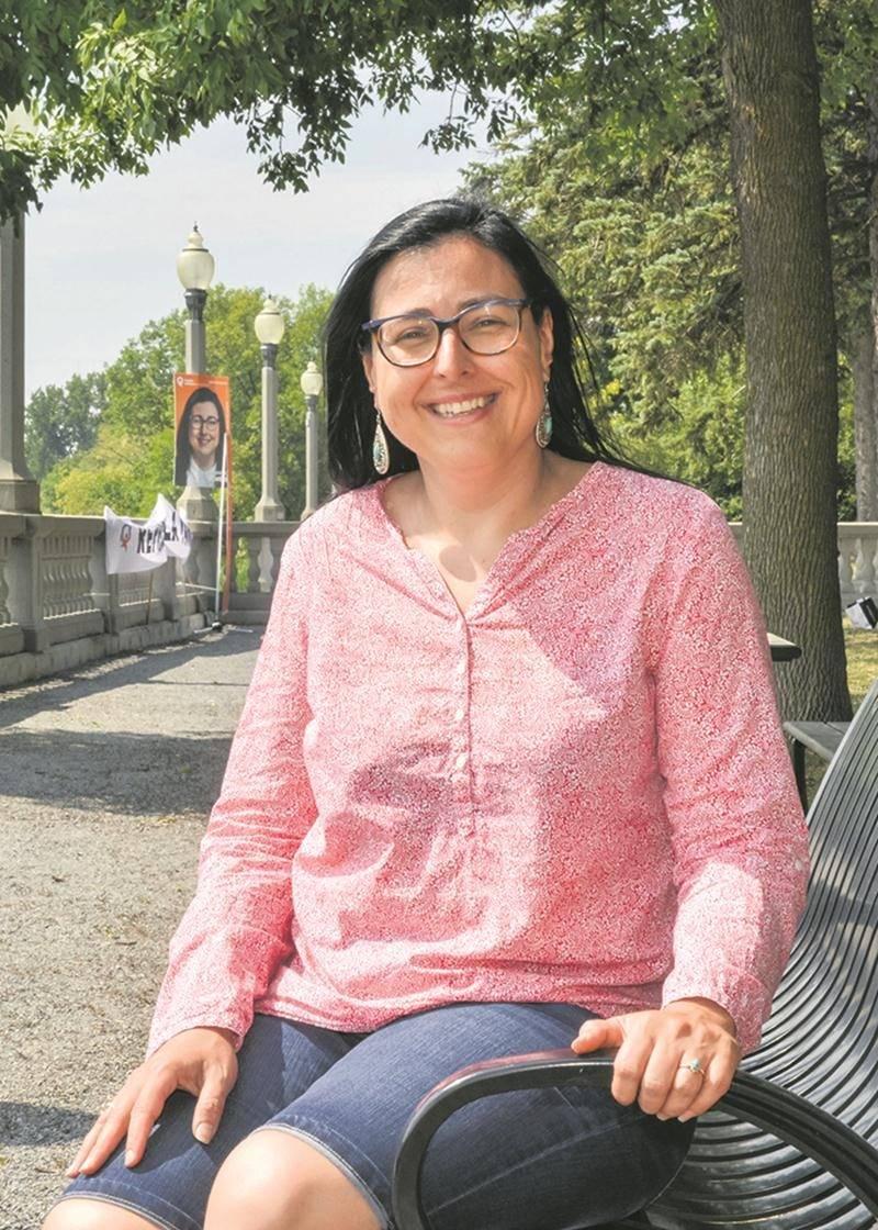 Marijo Demers, qui porte les couleurs de Québec solidaire, a organisé sa première activité électorale sur les rives de la Yamaska lors de la fin de semaine, une façon « originale et créative » de se démarquer, a-t-elle noté. Sans local électoral, elle veut plutôt miser sur l'affichage et le dialogue citoyen. « Je veux aller devant les gens, jaser avec eux et présenter mes idées », a-t-elle commenté.  Photo François Larivière | Le Courrier ©