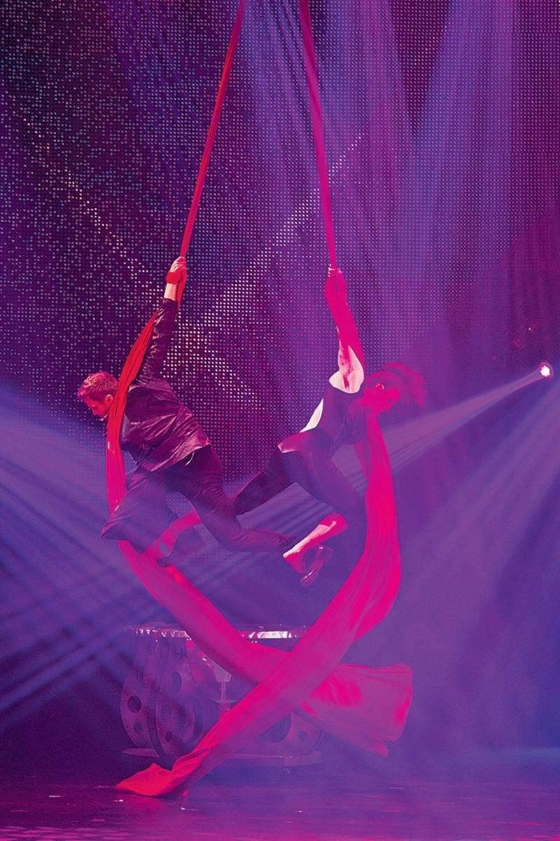 En plus de la magie et de l'illusionnisme, les FantastiX intègrent des éléments de cirque dans leur spectacle haut en couleur.