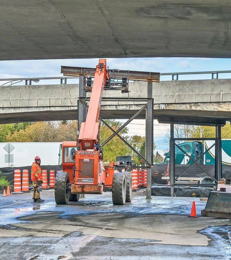 Des équipes du MTQ s'affairent présentement à renforcer le viaduc avec des structures métalliques afin de permettre une réouverture dans les prochaines semaines. Photo François Larivière   Le Courrier ©