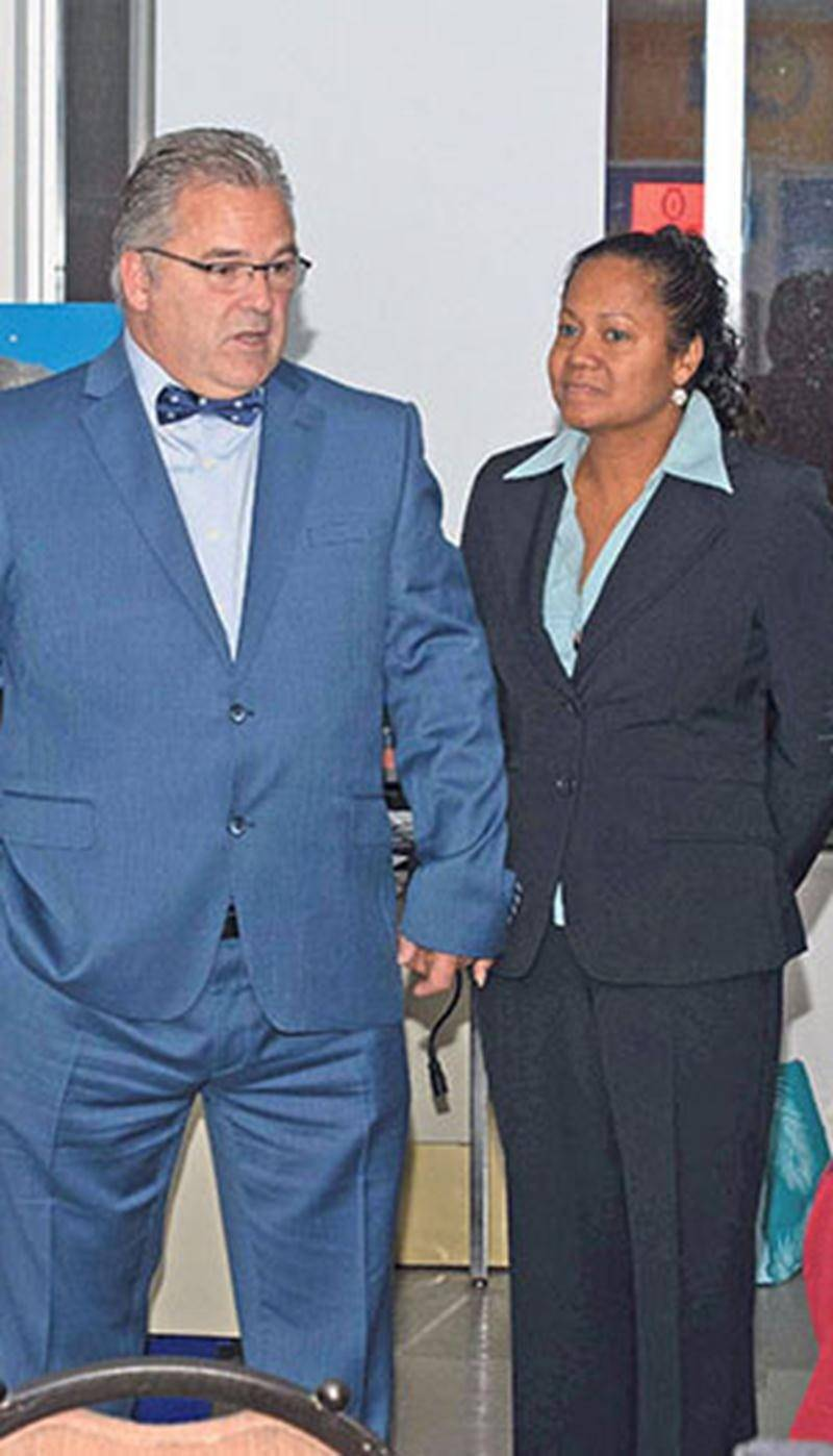 Daniel Breton à son arrivée au local électoral du PQ, lundi soir, en compagnie de sa conjointe,  Ève-Mary Thaï Thi Lac. Photo Martin Lacasse | Le Courrier ©