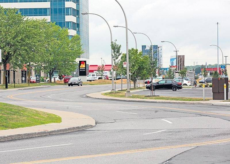 Cette portion de la rue Daniel-Johnson Ouest sera revue dans le cadre d'un projet de réaménagement de l'accès au centre de congrès.