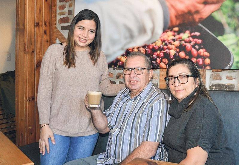 Lorena Meneses, propriétaire de Mareiwa Café colombien, entourée de son père Jorge Meneses et de sa mère Olga Urrea. Photo François Larivière   Le Courrier ©