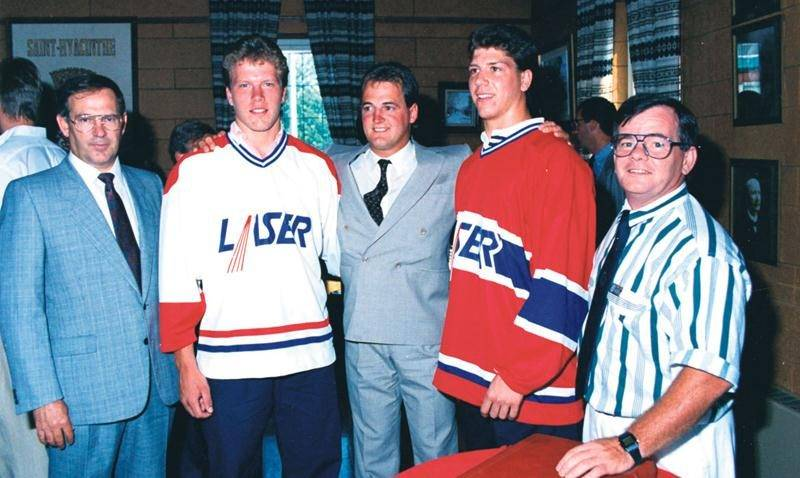 Jacques Gingras, Patrick Poulin, Norman Flynn, Pierre Sévigny et Michel Rousseau lors de la conférence de presse annonçant l'arrivée du Laser de Saint-Hyacinthe. Photo tirée du cahier 100 ans de hockey à Saint-Hyacinthe.