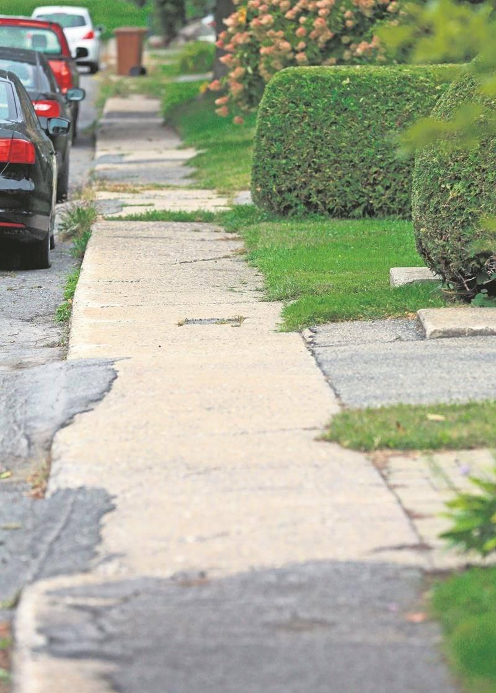 En vertu du nouveau plan directeur des trottoirs, ceux de la rue des Samares n'ont pas été retenus et doivent donc être retirés à la fin de leur vie utile.  Photo Robert Gosselin   Le Courrier ©