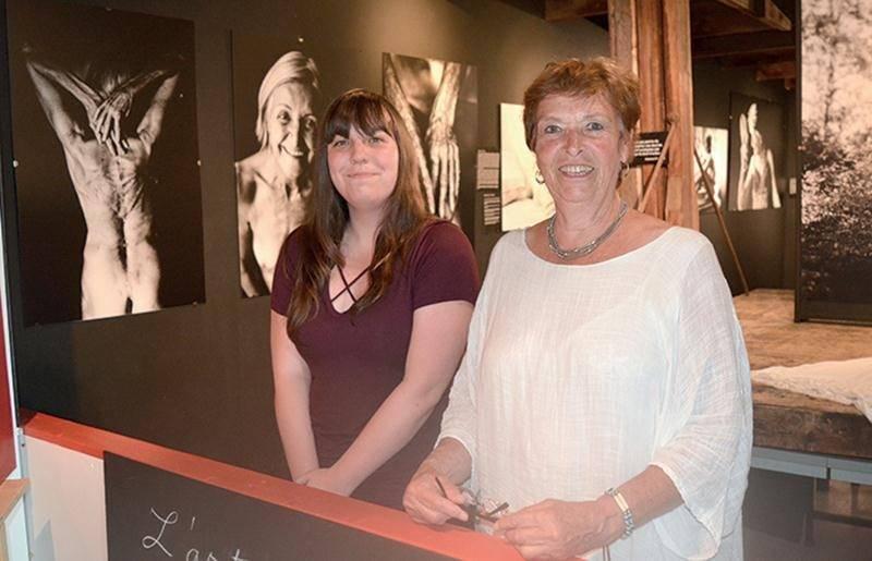 La Collection St-Amour présente deux expositions cet été au Magasin Général d'Upton, soit L'Art de vieillir et Pouding Chômeur. On voit ici la guide-interprète Coralie Default et la présidente Suzanne St-Amour.