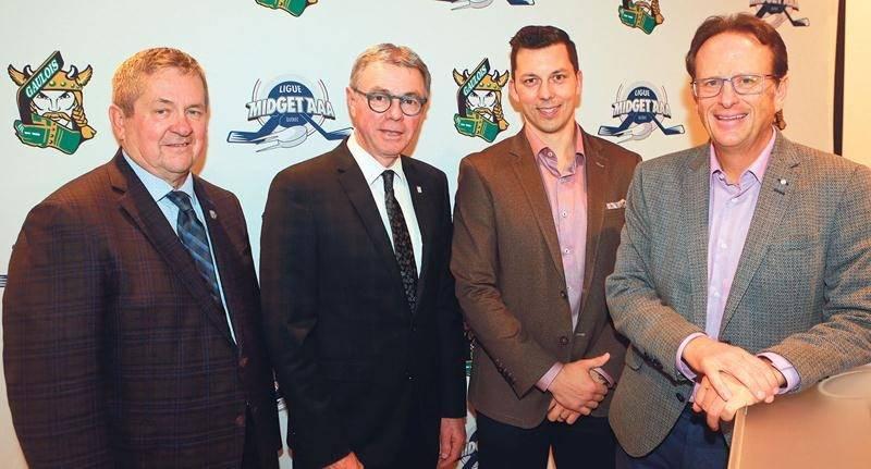 Sur la photo, on retrouve le vice-président de Hockey Québec, Jeannot Gilbert, le maire de Saint-Hyacinthe, Claude Corbeil, le président d'honneur de la Coupe Telus 2020, Bruno Gervais, et le président des Gaulois et du comité organisateur, Jean Bédard. Photo Robert Gosselin | Le Courrier ©