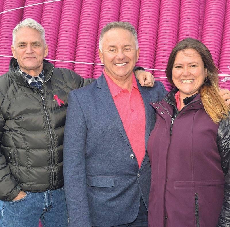 Sur la photo de gauche à droite, Errol Duchaine, porte-parole de la campagne de financement de la Fondation du cancer du sein du Québec; Alain Poirier, président de Soleno; et Jacinthe Poirier.    Photo François Larivière | Le Courrier ©