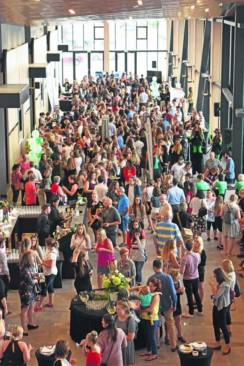 Quelque 800 personnes ont assisté à la remise des bourses d'études de la Caisse Desjardins de la Région de Saint-Hyacinthe au Centre de congrès. Ce sont 37 étudiants qui ont reçu un total de 42 000 $ en bourses lors de cette soirée. Photo Patrick Deslandes