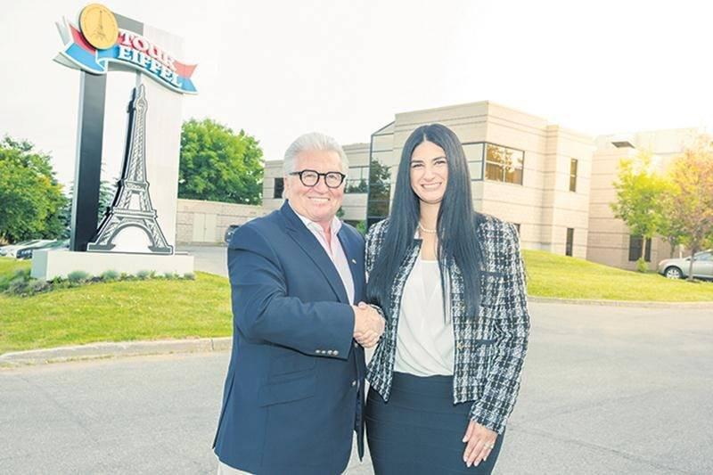 Réjean Nadeau, président-directeur général d'Olymel pose en compagnie de Mélissa Latifi,
