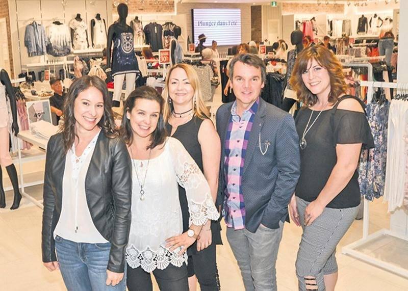 Une partie de l'équipe de designers du Groupe Marie Claire pose avec le vice-président au marchandisage de l'entreprise, Martin Lafrance.