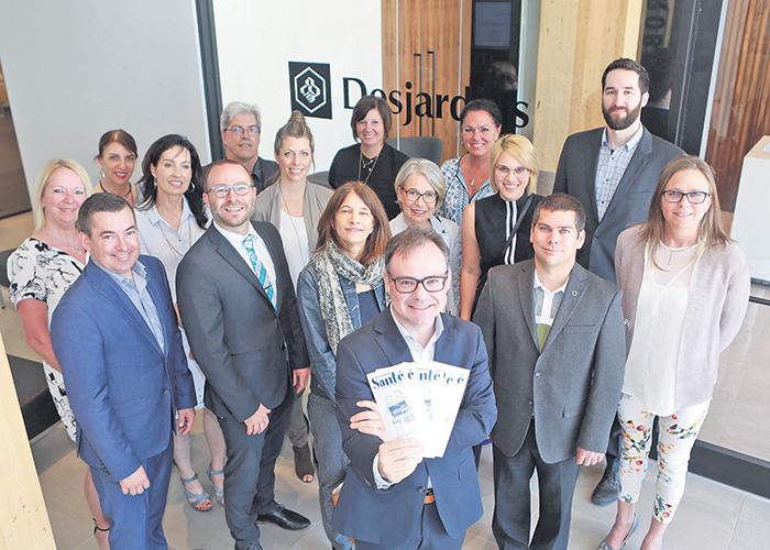 Les présidents d'honneur de la campagne 2018, tous de Desjardins Entreprises, posent derrière le président du Camp de santé, Marc-Aurèle Ouellette.