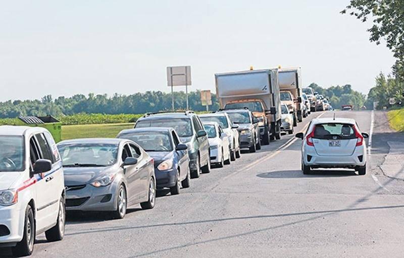 C'est principalement sur le chemin de Saint-Dominique, à l'approche de la route 137, que les répercussions de la fermeture du pont Douville et de la route 235 ont été les plus importantes, surtout à l'heure de pointe du soir. Photo Robert Gosselin | Le Courrier ©