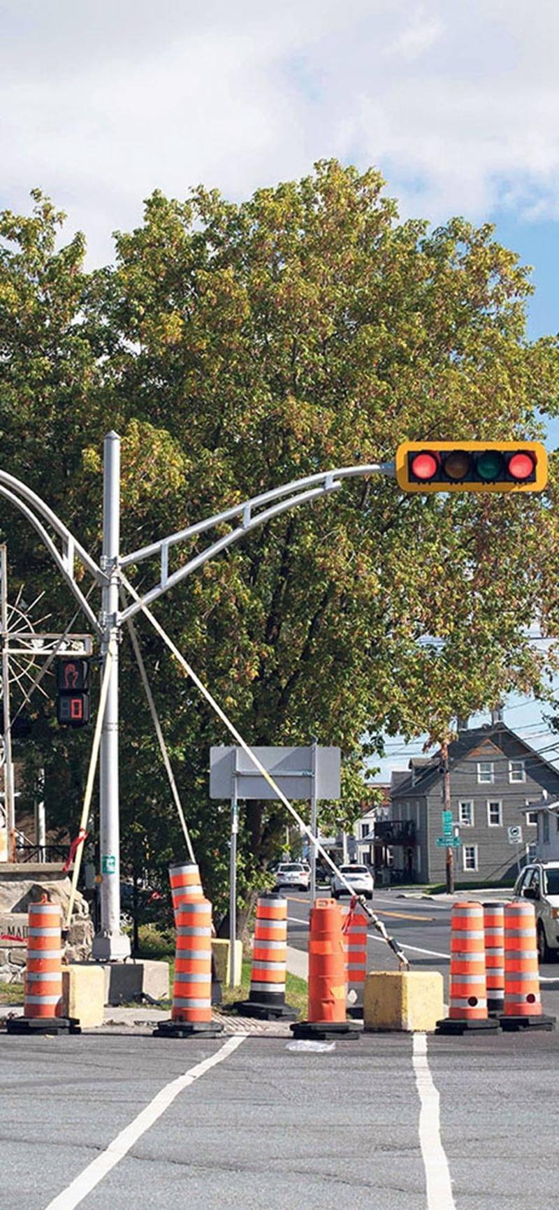 Des blocs de béton et des haubans entourés de cônes orange retiennent les feux de circulation au coin de la route 116 et du rang Saint-Simon. Photo Martin Lacasse | Le Courrier