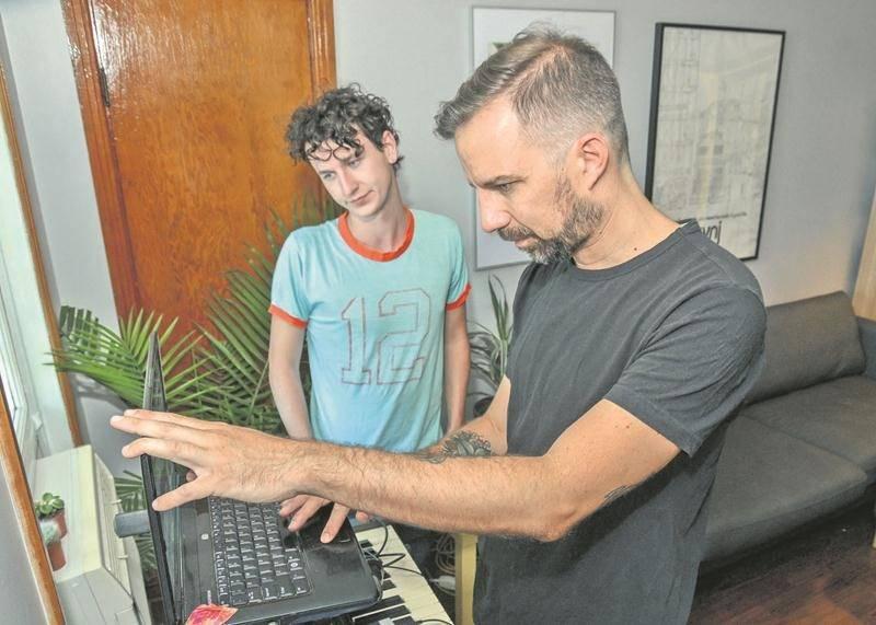 Jean-Philippe Loignon (à l'avant-plan) crée toute la musique d'ARIMO chez lui. Son nouveau collaborateur, Félix Bouchard (à l'arrière-plan), s'occupera de l'aspect visuel du projet.  Photo François Larivière | Le Courrier ©