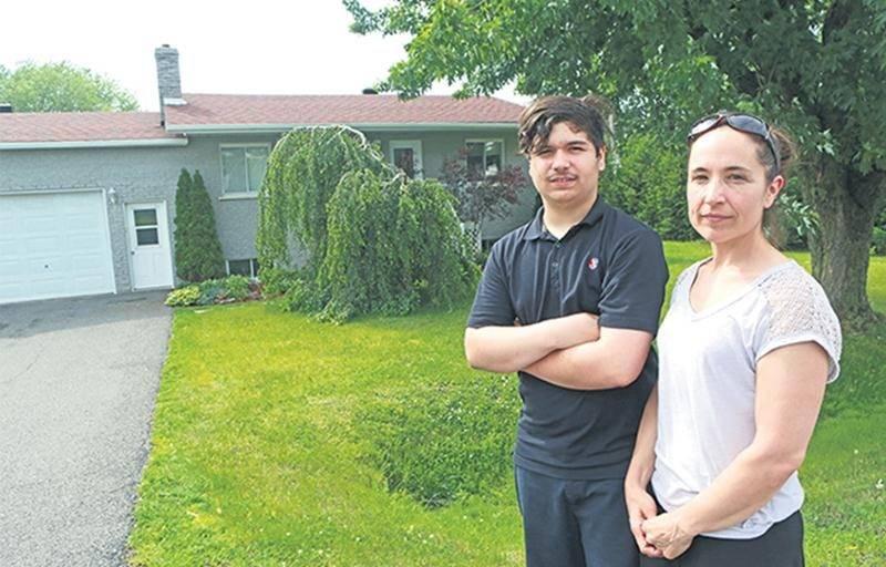 Laurie Legendre et son fils, Tom Lussier, devant la maison du chemin du Rapide-Plat Sud.