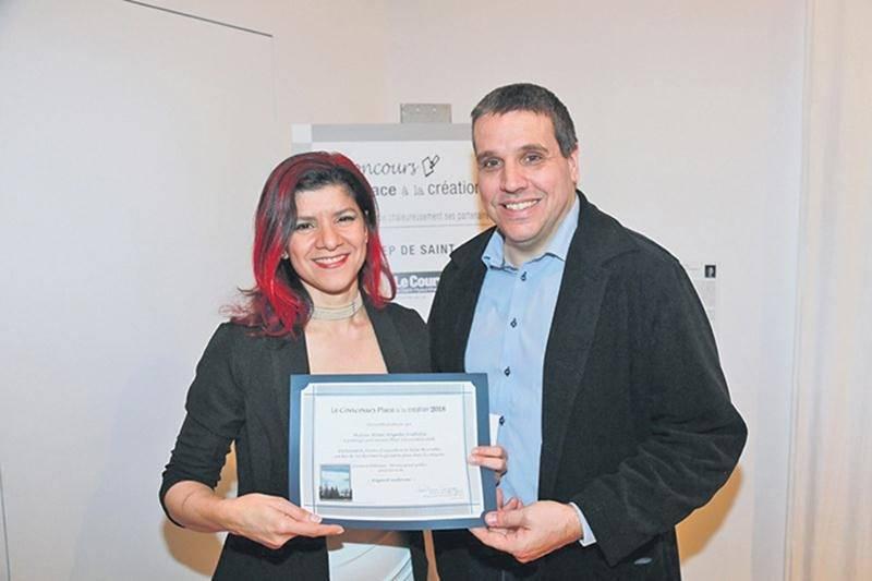 Le prix Grand public du concours Place à la création a été décernée à Rosa-Angela Frittitta par Le Courrier de Saint-Hyacinthe, représenté ici par Martin Bourrassa, rédacteur en chef.