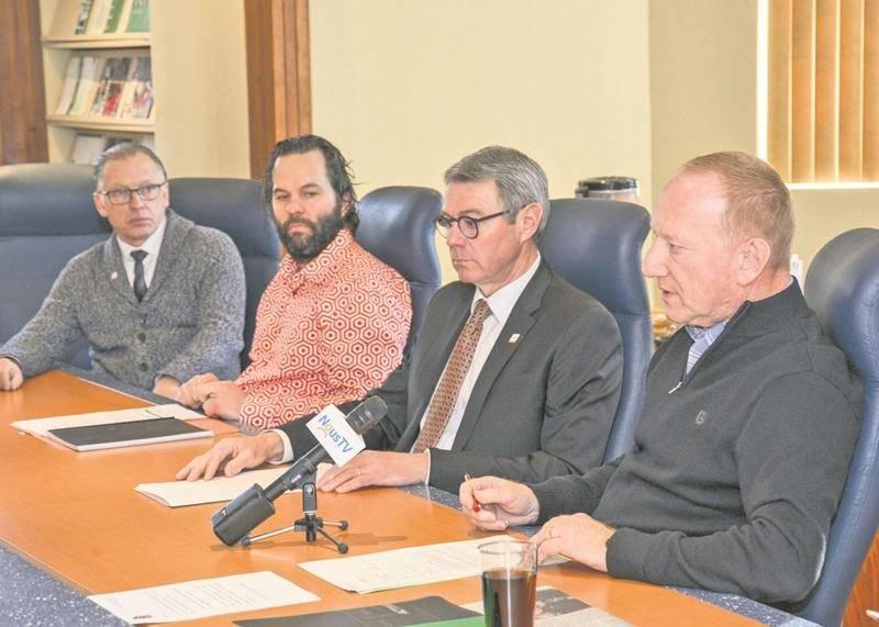 François Lussier (à gauche) et Yvan De Lachevrotière (à droite) lors d'un point de presse tenu en 2017 en compagnie du maire Claude Corbeil.   Photothèque | Le Courrier ©