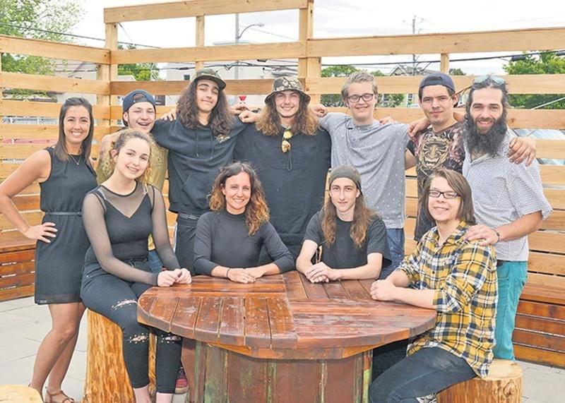 Les étudiants de l'école Raymond ayant participé au projet de classe verte sont accompagnés d'Étienne Plante (debout à droite), propriétaire de Bois D'fer, de Camélia Barrière (assise au centre), enseignante, et de Mélissa Dion (debout à gauche), technicienne.
