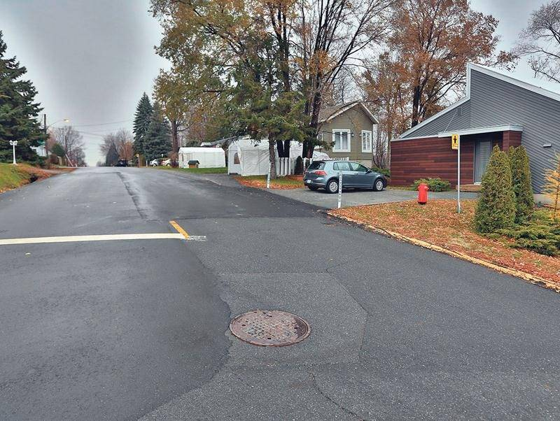 Le maire Carpentier a dû payer une petite partie de l'asphalte qui a été posée sur son tronçon de rue, à sa demande. Photo Robert Gosselin | Le Courrier ©