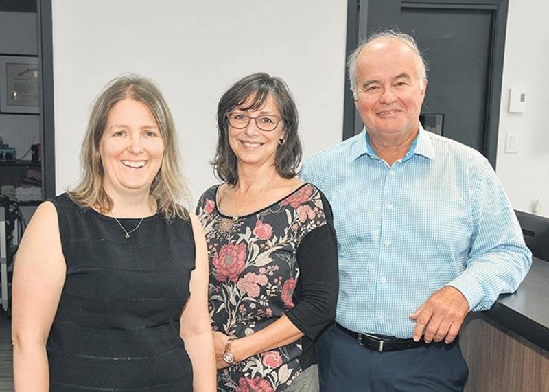 Le Dr Daniel Saint-Germain est parti pour la retraite hier, à 17 h. On le voit ici en compagnie de la Dre Martine Cossette (à gauche) et de leur assistante, Diane Brodeur.