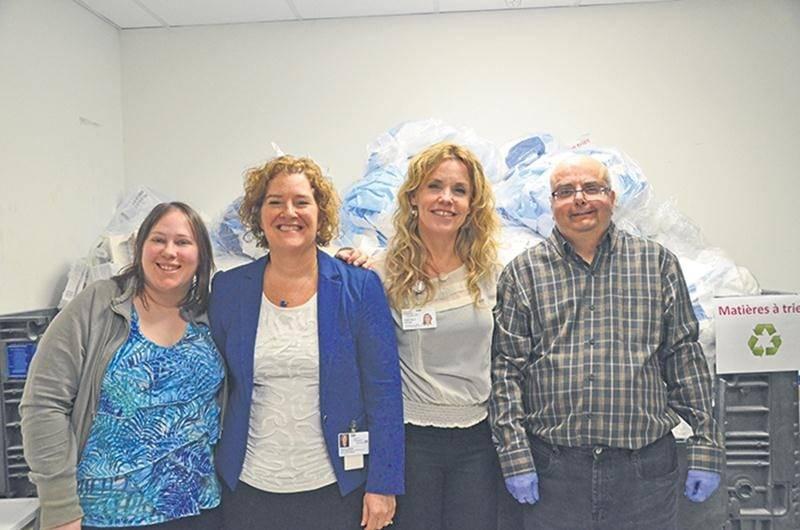 Au centre, France Le Blond,  du CISSSME, et Nathalie Robitaille, de l'entreprise Synergie Santé