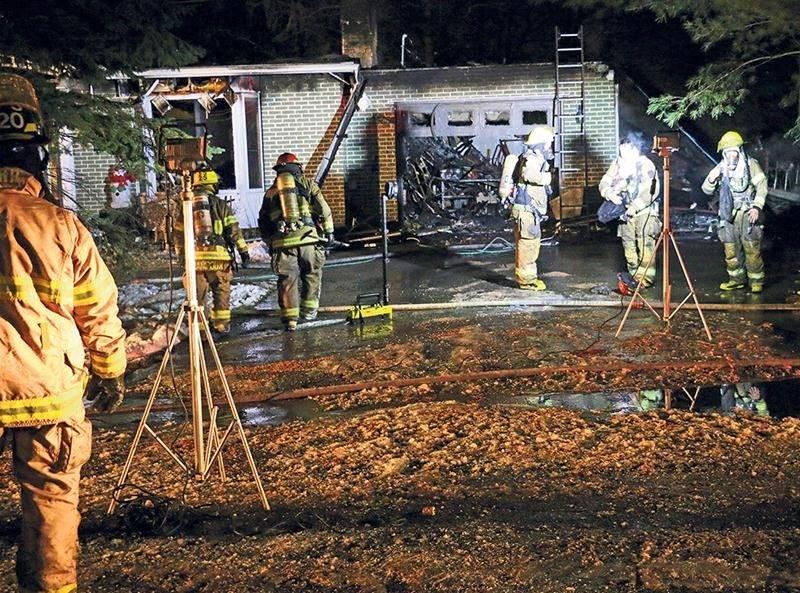 Les pompiers n'ont pas pu sauver la résidence où le feu s'est déclaré samedi soir. Photo Olivier Joyal