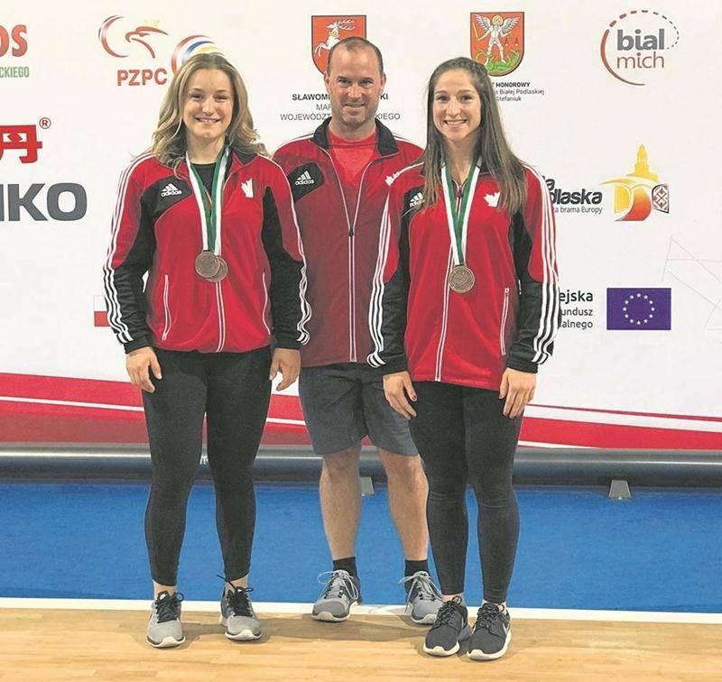 Sur la photo, on retrouve Magalie Roux, l'entraîneur Denis Desgranges et Caroline Lamarche-McClure qui ont représenté La Machine Rouge au Championnat du monde universitaire d'haltérophilie.   Photo courtoisie